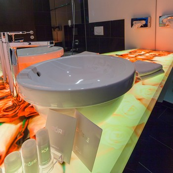 Bad mit Rosenwaschtisch im Designzimmer